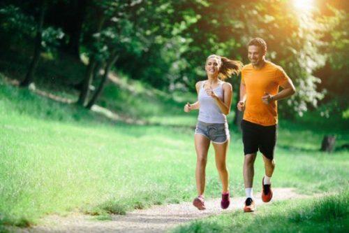 Tập thể dục thường xuyên giúp duy trì một sức khỏe tốt.
