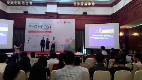 Các thành viên trình bày dự án Ưng Bất Bạc