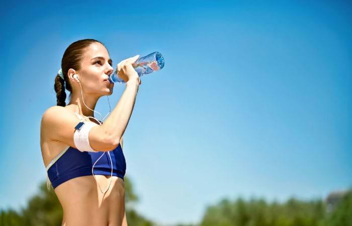 Uống đủ nước mỗi ngày sẽ giúp giảm men gan hiệu quả