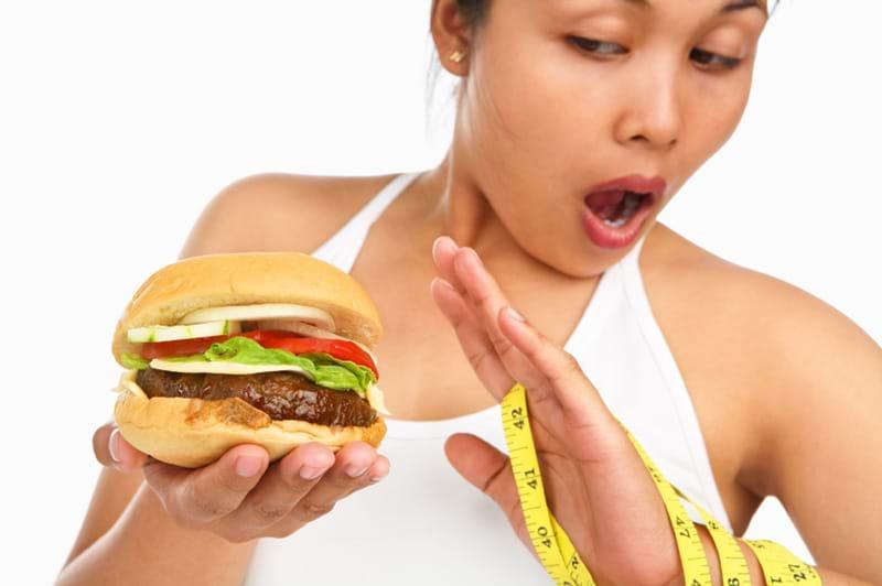 Tránh xa đồ ăn nhanh để giữ ổn định men gan