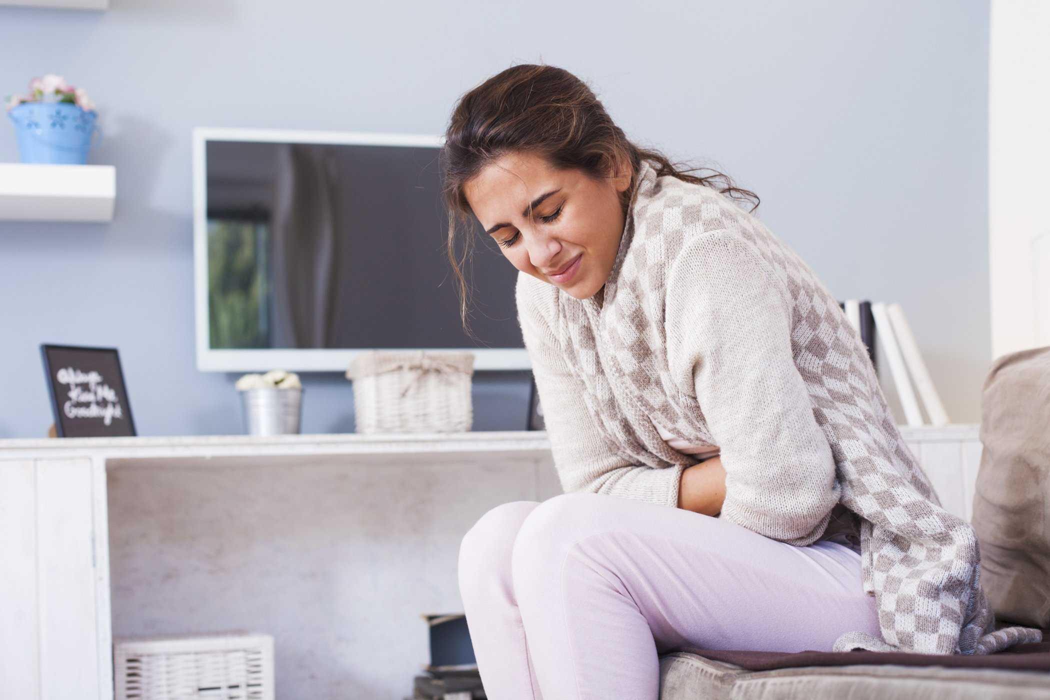 Đau bụng là một trong những triệu chứng của bệnh viêm gan E