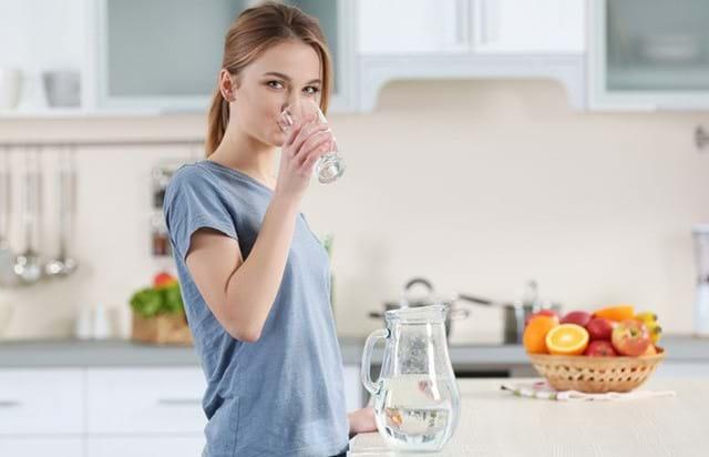 Uống nhiều nước giúp thanh lọc chất độc ra ngoài cơ thể