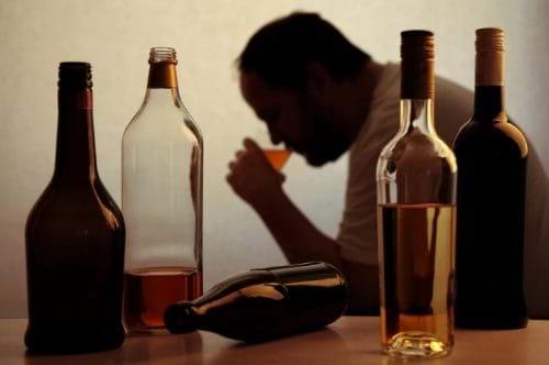 Việc tiêu thụ rượu thường xuyên có thể dẫn đến tổn thương gan