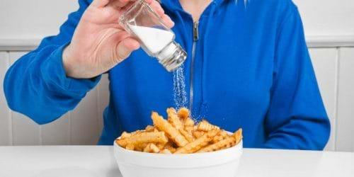 Những người bị viêm gan C cần hạn chế ăn thức ăn chứa nhiều muối