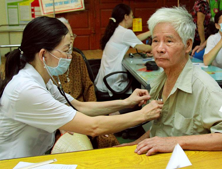 Từ khi đau ốm, sức khỏe ông Chấn ngày càng suy sụp, kinh tế gia đình cũng vì thế mà trở nên khó khăn