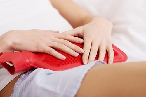 Sử dụng túi chườm có thể giảm tạm thời cơn đau bụng khó chịu